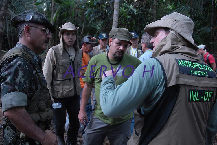 GUerrilha do Araguaia.<br /> Após quase 40 anos o ministério da defesa com o exército acompanhados com técnicos forenses, polícia federal e parentes de desaparecidos durante a guerrilha do Araguaia fazem uma série de 5 encontros na região do conflito para tentar localizar corpos de desaparecidos. Entre os dez locais selecionados pelo exército, que serão pesquisados no decorrer deste ano os peritos verificam área conhecida na região como Tabocão.<br /> 14/08/2009<br /> Foto Paulo Santos<br /> Brejo Grande, Pará, Brasil