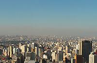 SSAO PAULO, SP, 10 ABRIL 2013 - CLIMA TEMPO SP POUIÇAO E QUEDA DE UMIDADE- Uma camada de poluição e vista no horizonte da capital paulista nessa tarde ensolarada com céu claro e queda de umidade que ficou em torno de 35% na capital nessa sexta 10. (FOTO: LEVY RIBEIRO / BRAZIL PHOTO PRESS)