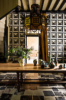 In the winter dining room the walls are inspired by reliefs found in old Belgian houses and have been entirely repainted by hand
