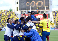 QUITO - ECUADOR - 12-11-2015: Jugadores de Ecuador celebran después de anotar el segundo gol a Uruguay durante partido válido por la fecha 3 de la clasificación a la Copa Mundo FIFA 2018 Rusia jugado en el estadio Olímpico Atahualpa en Quito./  Players of Ecuador celebrate after scoring the second goal to Uruguay during match valid for the date 3 of 2018 FIFA World Cup Russia Qualifier played at Olimpico Atahualpa stadium in Quito. Photo: VizzorImage / Alberto Suarez / Agencia Cronistas Gráficos
