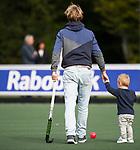 AMSTELVEEN - hockeycoach Eric van Driel met kind.   Hoofdklasse competitie dames, Hurley-HDM (2-0) . FOTO KOEN SUYK