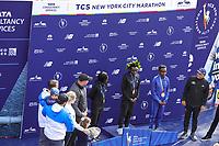 Nova York (EUA), 03/11/2019 - Maratona de Nova York - Mary Keitany, do Quênia, Joyciline Jepkosgei, do Quênia, e Ruti Aga, do Quênia, posam com o troféu depois de conquistar os três primeiros lugares na Divisão de Mulheres da Maratona TCS de Nova York 2019 em 3 de novembro de 2019 na cidade de Nova York. (Foto: William Volcov/Brazil Photo Press)