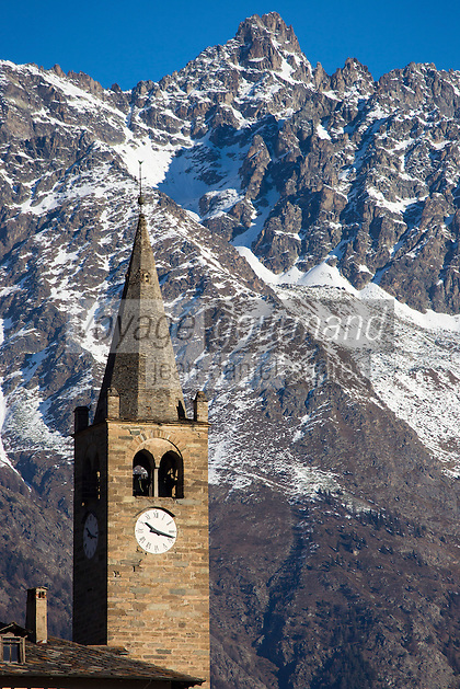 Italie, Val d'Aoste, Aoste: Chapelle de Signayes et en  fond le Grand Combin 4314 m  // Italy, Aosta Valley, Aosta: Signayes chapel, in the  background and the Grand Combin