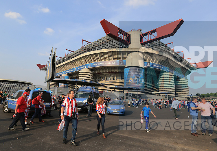 Atletico Madrid fans arrive at the stadium before  the UEFA Champions League Final match at the  Giuseppe Meazza Stadium, Milan, Italy. Photo credit should read: David Klein/Sportimage