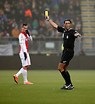 Nederland, Den Haag, 30 november 2014<br /> Eredivisie<br /> Seizoen 2014-2015<br /> ADO Den Haag-Ajax<br /> Scheidsrechter Serdar Gozubuyuk deelt een gele kaart uit.