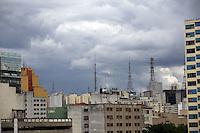SAO PAULO, SP, 12 DE DEZEMBRO DE 2012 - CLIMA TEMPO - Nuvens carregadas sao vistas na região central da cidade, segundo o Centro de Gerenciamento de Emergencia, ha registro de pancadas de chuvas na grande sao paulo tarde de quinta-feira (12).  Foto Ricardo Lou - News Free