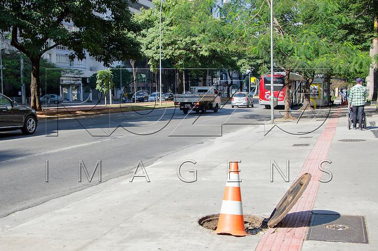 Tampa de bueiro aberto na calçada, São Paulo - SP, 07/2016.