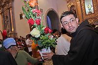 Quer&eacute;taro, Qro. 13 Septiembre 2012. Despu&eacute;s de peregrinar,  Llegan pajareros al Templo de la Cruz  a ofrendar su m&uacute;sica y flores tanto a la cruz como a los franciscanos. <br /> Foto: Yunuen Aviles/Agencia Obtura.