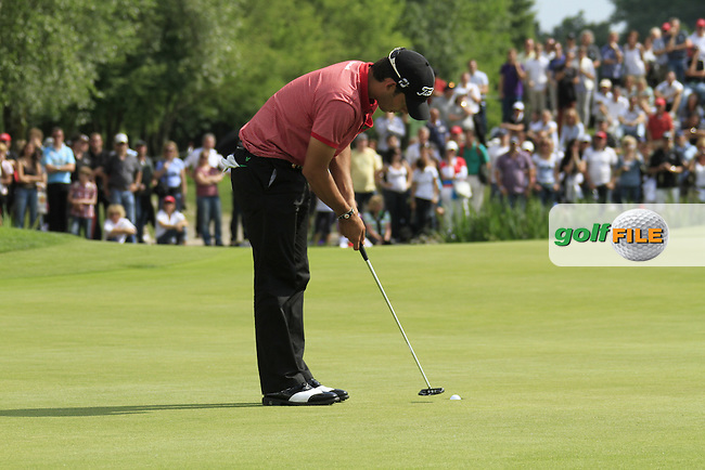 Pablo Larrazabal (ESP) sinks his par putt on the 18th green during the Final Day of the BMW International Open at Golf Club Munchen Eichenried, Germany, 26th June 2011 (Photo Eoin Clarke/www.golffile.ie)