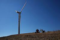 Una pala eolica sulle colline molisane. Una nuova legge regionale potrebbe permettere la costruzioni di circa 5000 torri eoliche. Il numero dei campi eolici in Molise è elevato. Dietro l'eolico potrebbe esserci il rischio delle infiltrazioni malavitose.