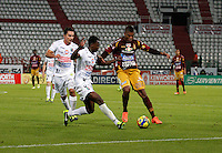 MANIZALES -COLOMBIA, 10-08-2013. Mosquera Córdoba (C) de Once Caldas disputa el balón con Danovis Banguero (D) del Tolima durante partido válido por la fecha 3 de la Liga Postobón II 2013 jugado en el estadio Palogrande de la ciudad de Manizales / Once Caldas' Player Mosquera Cordoba (C) fights for the ball with Tolima  player Danovis Banguero  (R) during match valid for the third date of the Postobon  League II 2013 at Palogrande stadium in Manizales city. Photo: VizzorImage/Yonboni/STR