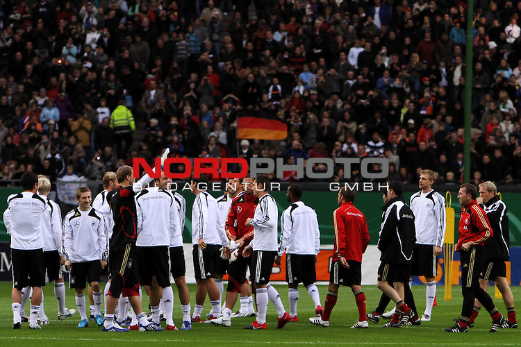 &Ouml;ffentliches Training DFB-Auswahl, 12.10.09 Hamburg<br /> <br /> <br /> Trainingsbeginn der DFB-Auswahl vor 25.000 Zuschauern.<br /> <br /> <br /> Foto &copy; nph (nordphoto)<br /> <br /> *** Local Caption ***