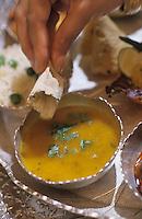 """Asie/Inde/Rajasthan/Udaipur: Hotel """"Taj Lake Palace"""" sur le lac Pichola - Le plateau du thali - Détail du """"Daa"""" crème de lentilles"""