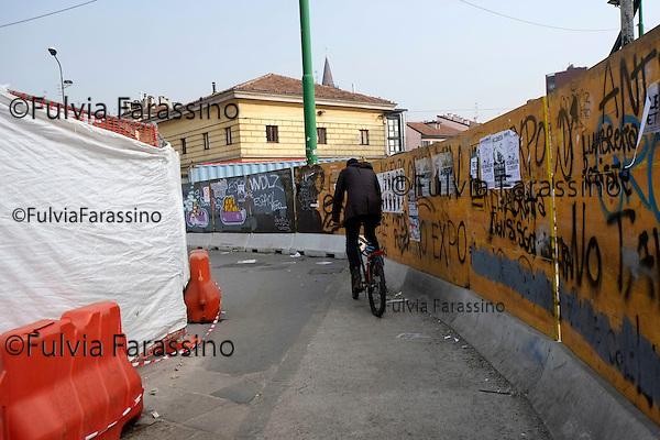 Milano, 30 ottobre 2014, Piazza 24 Maggio Lavori in corso,Gente curiosa<br />  Work in progress in the Piazza 24 Maggio,