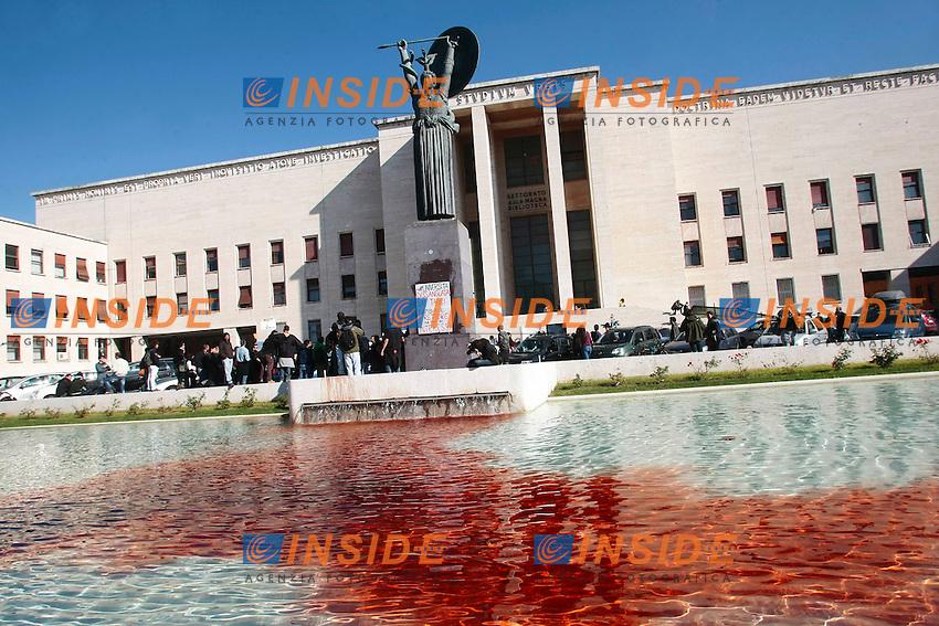 Gli studenti tingono di rosso sangue la fontana davanti al Rettorato<br /> Roma 30-10-2014 Universita' la Sapienza. Protesta degli studenti durante l'insediamento del nuovo rettore.<br /> Photo Samantha Zucchi Insidefoto