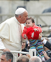 Papa Francesco bacia un bambino al suo arrivo all'udienza generale del mercoledi' in Piazza San Pietro, Citta' del Vaticano, 9 ottobre 2013.<br /> Pope Francis kisses a baby as he arrives for his weekly general audience in St. Peter's Square at the Vatican, 9 October 2013.<br /> UPDATE IMAGES PRESS/Riccardo De Luca<br /> <br /> STRICTLY ONLY FOR EDITORIAL USE