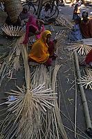 Asie/Inde/Rajasthan/Udaipur : Marché Mandi - Les intouchables fabriquent des paniers avec du bambou