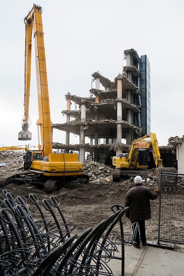 Nederland,  Zaanstad, 29 jan 2014<br /> Sloop van een kantoorpand in het stationsgebied van Zaandam. Het stationsgebied is vergaand gerenoveert, dit oude gebouw past niet meer in het plaatje en moet verdwijnen.<br /> <br /> Foto: Michiel Wijnbergh