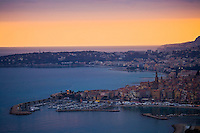Europe/France/06/Alpes-Maritimes/Menton: le port et la vieille ville  avec l'église Saint-Michel et son campanile dans la lumière du soir.