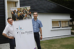 Foto: VidiPhoto<br /> <br /> VEENENDAAL &ndash; Ds. P. L. D. Visser (l) en bestuursvoorzitter Jan Teeuw van De Poster in Veenendaal, waar sinds kort laagdrempelige diensten worden gehouden. Het gebouw staat aan het Schrijverspark.