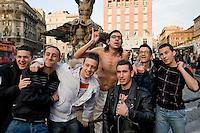 Roma, 8 Marzo, 2010. Gabriele Paolini dopo essersi fatto un bagno nella fontana del Tritone a Roma, posa con alcuni ragazzi, di passaggio in Piazza Barberini, per una foto ricordo.