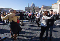Coppie ballano il tango per festeggiare il 78esimo compleanno di Papa Francesco, al termine della sua udienza generale, di fronte a Piazza San Pietro, Citta' del Vaticano, 17 dicembre 2014.<br /> Couple dance tango to celebrate Pope Francis' 78th birthday, at the end of his weekly general audience, in front of St. Peter's Square at the Vatican, 17 December 2014.<br /> UPDATE IMAGES PRESS/Riccardo De Luca<br /> <br /> STRICTLY ONLY FOR EDITORIAL USE
