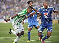 BOGOTA- COLOMBIA -09 -02-2014: Andres Cadavid (Der.) jugador de Millonarios disputa el balón con Wilder Guisao (Izq.) jugador de Atletico Nacional durante partido de la cuarta fecha de la Liga Postobon I 2014, jugado en el Nemesio Camacho El Campin de la ciudad de Bogota. / Andres Cadavid (R) player of Millonarios Fe vies for the ball with Wilder Guisao (L) player of Atletico Nacional during a match for the fourth date of the Liga Postobon I 2014 at the Nemesio Camacho El Campin Stadium in Bogoto city. Photo: VizzorImage  / Luis Ramirez / Staff