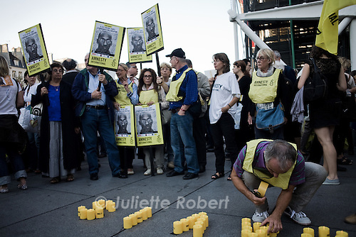 A militant from Amnesty International lights candles on the pavement saying &quot;STOP EXECUTION TROY DAVIS&quot;<br /> <br /> Un militant d'Amnesty International allume des bougies &quot;STOP EXECUTION TROY DAVIS&quot;