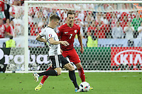 Toni Kroos (D) gegen Arkadiusz Milik (POL) - EM 2016: Deutschland vs. Polen, Gruppe C, 2. Spieltag, Stade de France, Saint Denis, Paris