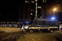 Roma 11 Novembre 2014<br /> Tor Sapienza <br /> Assalto razzista in tarda serata al centro per richiedenti asilo in via giorgio Morandi.<br /> Un centinaio di persone incendiano cassonetti, tirano bombe carta e lanciano oggetti.<br /> Ingente dispiegamento di forze dell'ordine.<br /> La palazzina che accoglie il centro per rifugiati