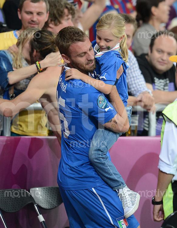 FUSSBALL  EUROPAMEISTERSCHAFT 2012   VIERTELFINALE England - Italien                     24.06.2012 Daniele De Rossi (li, Italien) traegt nach dem Spielende seine Tochter Gaia