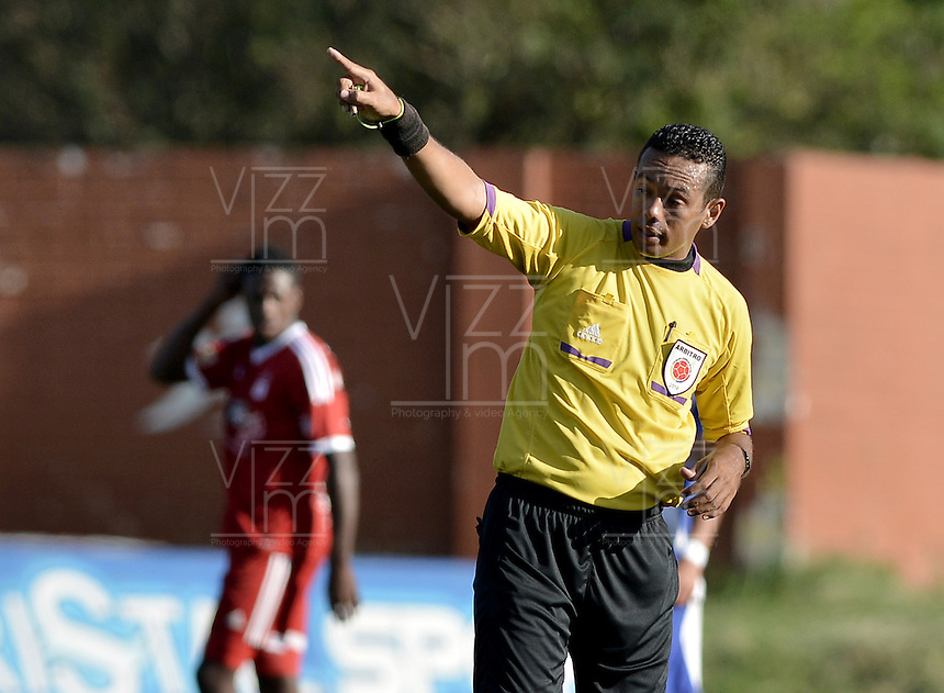 BELLO -COLOMBIA-05-04-2014. Eder Vergara, árbitro, durante partido entre Deportivo Rionegro y América de Cali por la fecha 12 del Torneo Postobón I 2014 jugado en el estadio Tulio Ospina de la ciudad de Bello./ Eder Vergara, referee, during the match between Deportivo Rionegro and America de Cali for the 12th date of Postobon Tournament I 2014 at Tulio Ospina stadium in Bello city. Photo: VizzorImage/ Gabriel Aponte / Staff