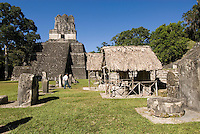 Guatemala,Tikal Nationalpark, Plaza Mayor mit Maya Tempel Nr. 2