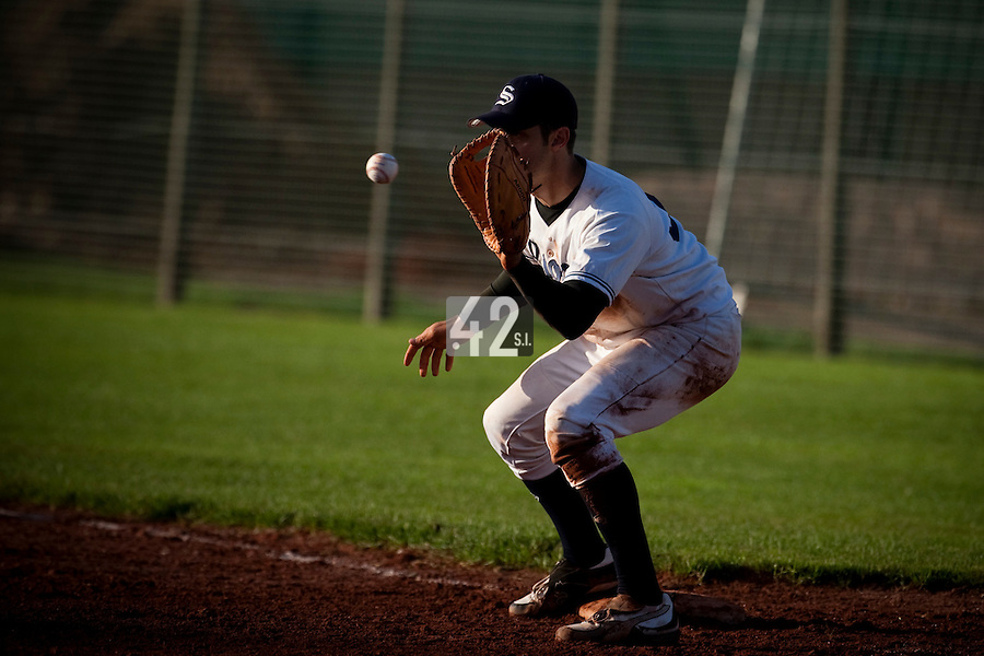 10 october 2009: First base Sebastien Boyer of Savigny catches the ball during game 3 of the 2009 French Elite Finals won 4-2 by Savigny over Rouen, at Stade Jean Moulin stadium in Savigny sur Orge, near Paris, France.