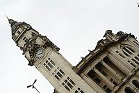 FOTO EMBARGADA PARA VEICULOS INTERNACIONAIS - SAO PAULO, SP, 20 DE OUTUBRO 2012 - HORARIO DE VERAO - O horario de verao comeca nesse domingo(21), a zero hora, para as regioes  Sul, Sudeste e Centro-Oeste. Dependendo do Estado brasileiro o relogio deverá ser adiantado uma hora. A finalidade principal do horario de verao é economizar energia elétrica.  Bairro da Luz, zona central da capital paulista, na tarde desse sabado, 20 - FOTO LOLA OLIVEIRA - BRAZIL PHOTO PRESS