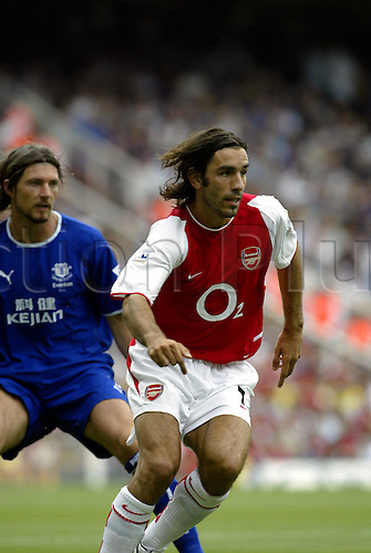 August 16, 2003: ROBERT PIRES watches the ball, ARSENAL 2 v Everton 1, Barclaycard Premiership, Highbury. Photo: Glyn Kirk/Action Plus...Soccer Football 030816 premier player