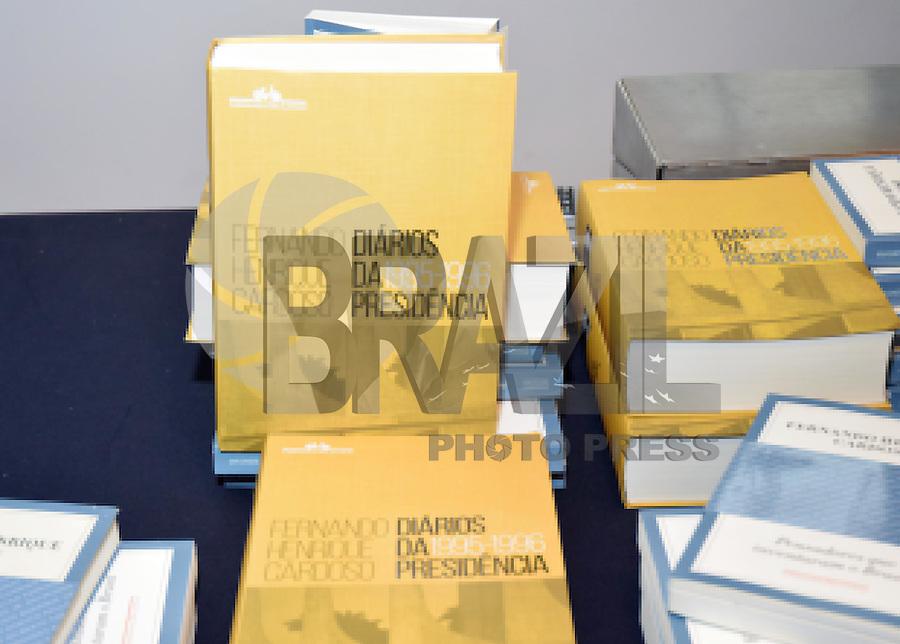 """SÃO PAULO,SP - 26.11.2015 - DEBATE-SP - O Ex-Presidente, Fernando Henrique Cardozo (FHC), Eduardo Giannetti e Celso Rocha de Barros, realizam um debate sobre o livro """" Diarios da Presidência - Volume I - 1995/1996"""" no Teatro Anchieta - SESC Consolação, na tarde dessa quinta-feira,26 em São Paulo. (Foto: Eduardo Carmim/Brazil Photo Press)"""