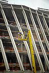 MERSFOORT - In Amersfoort werken Duitse medewerkers van Visser & Smit Bouw in een sneeuwstorm aan het nieuwe gebouw van de Rijksdienst voor Archeologie, Cultuurlandschap en Monumenten (RACM) en Kunst aan de Eem(KADE). Het door de Spaanse architect Navarro Baldeweg ontworpen complex ligt met zijn rechte rug tegen het spoor en kenmerkt zich aan de stadszijde door een lange schuine glasgevel. Het 15.000m2 grote gebouw heeft een ondergrond parkeergarage, kost ongeveer 40 miljoen euro en moet dit jaar klaar zijn. Tijdens deze sneeuwbouw werd het gebouw ook enkele malen opgeschrikt door hevige onweersflitsen. COPYRIGHT TON BORSBOOM