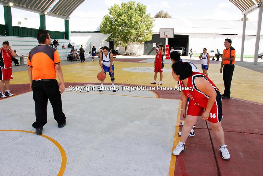 San Juan del Río,Qro.- Niños, jóvenes y adultos usan las instalaciones deportivas del municipio para practicar basquetbol amateur. Foto Eduardo Trejo/ OPA