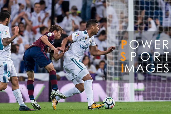 Carlos Henrique Casemiro (r) of Real Madrid is tackled by Takashi Inui of SD Eibar during the La Liga 2017-18 match between Real Madrid and SD Eibar at Estadio Santiago Bernabeu on 22 October 2017 in Madrid, Spain. Photo by Diego Gonzalez / Power Sport Images