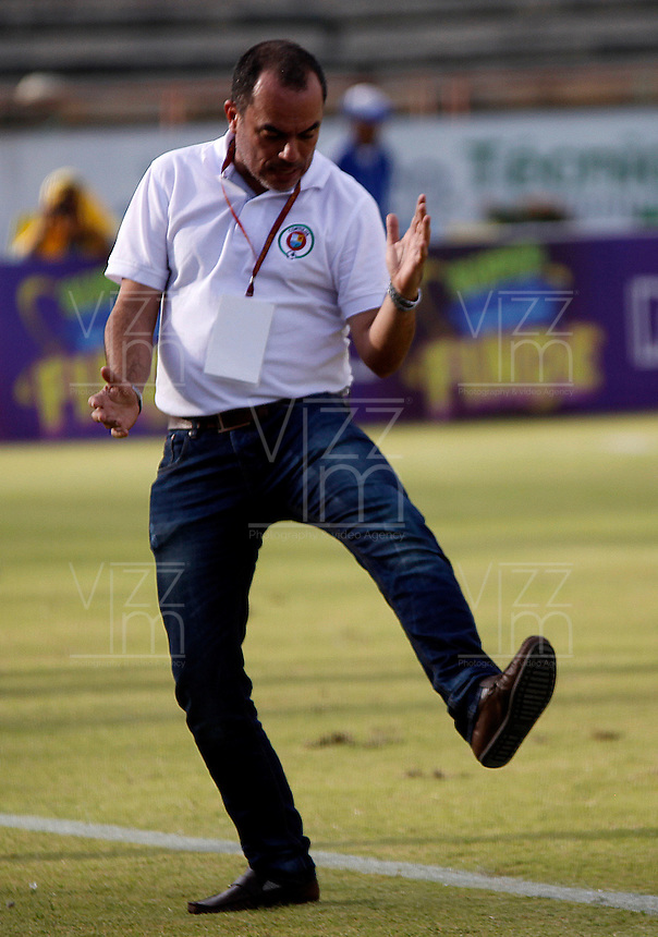 NEIVA - COLOMBIA -29 -05-2016: Jaime de la Pava, técnico de Cortulua, durante partido entre Atletico Huila y Cortulua, por la fecha 3 de la Liga Aguila II 2016 en el estadio Guillermo Plazas Alcid de Neiva. / Jaime de la Pava, coach of Cortulua, during a match between Atletico Huila and Cortulua, for the date 3 of the Liga Aguila II 2016 at the Guillermo Plazas Alcid Stadium in Neiva city. Photo: VizzorImage  / Sergio Reyes / Cont.
