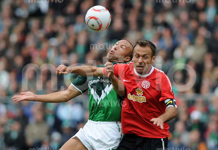 FUSSBALL   1. BUNDESLIGA    SAISON 2010/2011  4. SPIELTAG  SV Werder Bremen - FSV Mainz              18.09.2010 Mikael SILVESTRE (li, Bremen) gegen Nikolce NOVESKI (re, Mainz)