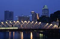 Asie/Singapour/Singapour: Vue des building et le pont éclairé Elgin Bridge - Vue nocturne