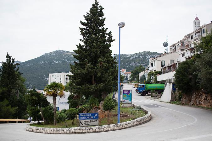 Straßenszene in Neum. Im Winter ist der Ort menschenleer. Nur im Sommer kommen 10.000 Touristen pro Tag. Der kleine Ort Neum liegt in Bosnien-Herzegovina und bildet den einzigen Zugang zum Meer des Balkanlandes. Auf einer Länge von 9 km durchschneidet der Ort das kroatische Staatsgebiet (Neum-Korridor) Seit dem EU-Beitritt Kroatiens ist Neum auf beiden Seiten von EU-Außengrenzen eingeschlossen. / A street scene in Neum. The small town is almost empy in winter but it becomes crowded during summer. 10.000 tourist per night visit Neum at high-season. The small city of Neum in Bosnia and Herzegovina is the only place in Bosnia, where the country has access to the adriatic sea. Over a length of 9 kilometers the area cuts Croatian territory in two pieces. Since Croatia became part of the European Union, the city of Neum is enclosed between two EU-boarders.
