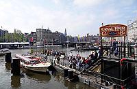 Nederland - Amsterdam - mei 2019. Centraal Station. Toeristen bij een rondvaartboot. Foto Berlinda van Dam Hollandse Hoogte