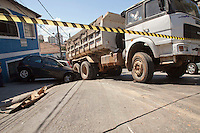 SAO PAULO, SP, 24 DE AGOSTO DE 2012 - TRANSITO- ACIDENTE CAMINHAO X AUTOS- Um caminhao basculante carregado de entulio,  perdeu o controle na subida na Av. Dr. Antonio Maria de Laet, bairro do Tucuruvi, zona norte da cidade, desceu de re e atingiu 3 veiculos, no inicio desta tarde de sexta-feira, 24, zona norte da cidade. O acidente nao fez vitimas, apenas danos materiais.FOTO RICARDO LOU - BRAZIL PHOTO PRESS