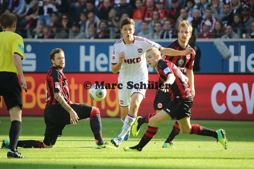 Niklas Stark (Nürnberg) gegen Marco Russ und Sebastian Rode (Eintracht) - Eintracht Frankfurt vs. 1. FC Nuernberg,