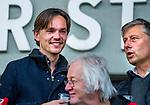AMSTELVEEN -  Klaas Vering (AH&BC Tophockey) met rechts Floris Jan Bovelander (tophockey Bldaal) tijdens de play-offs hoofdklasse  heren , Amsterdam-Bloemendaal (0-2).    COPYRIGHT KOEN SUYK