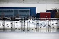 Detroit: paesaggio urbano. L'ingresso del centro ricerche della General Motors. Il cancello dello stabilimento chiuso con una catena.