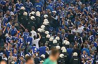 FUSSBALL   CHAMPIONS LEAGUE   SAISON 2013/2014   PLAY-OFF FC Schalke 04 - Paok Saloniki        21.08.2013 Polizisten stuermen waehrend des Spiels den Schalke Fan Block.